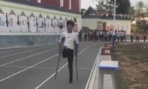 کوشش تحسین برانگیز پسر چینی که یک پا ندارد