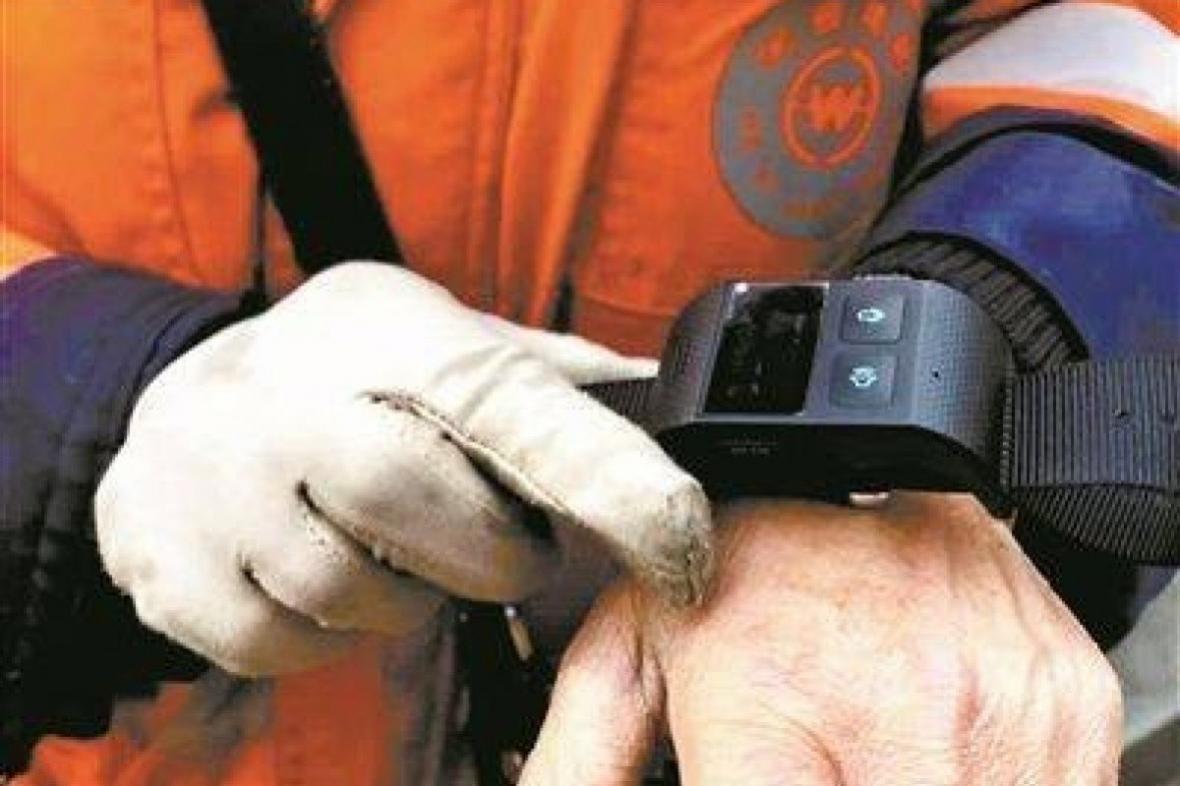 کارگران خدماتی چینی باید در محل کار دستبندهای ردیابی بپوشند